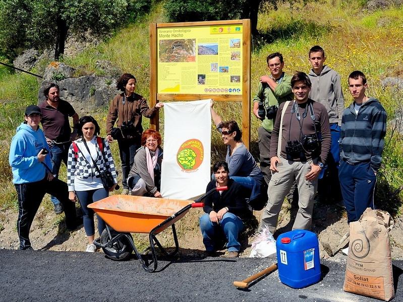 Voluntariado Ambiental se señalización de itinerario ornitológico en el Hacho (Álora)